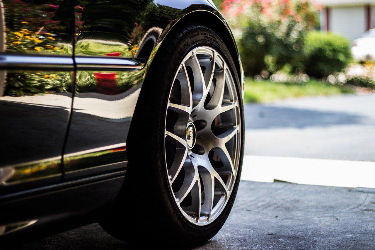 Selective focus of a wheel of a black car